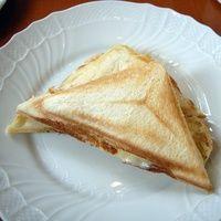 パティスリー・カッサレードの(とろとろチーズの)ホットサンド。3枚のパンにチーズとマスタードを塗ったハムが挟まれています。味のバランスがとても良くて感心。美味しいです。