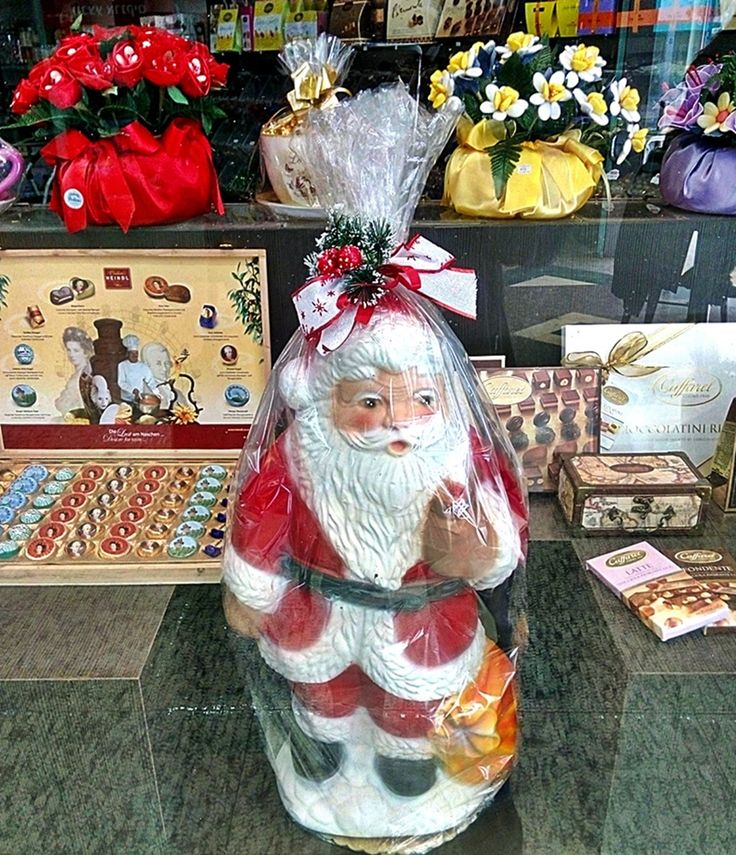 Santa in the window of a chocolate shop (in Gan Ha'Ir  #nelkytplusblogit#christmas#telaviv#