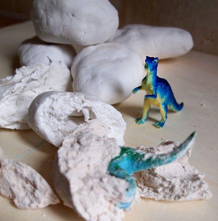 Dino-Eier haben nichts mit Ostern zu tun, die könnt ihr immer basteln! Dazu besorgt ihr kleine Dinosaurier und Bastelton, der an der Luft trocknet. Formt mit dem Ton eine Kugel und drückt sie platt. Da hinein steckt ihr den Dino. Forme jetzt den Ton mit dem Dino zu einem Ei. Die können gerne ein bisschen …