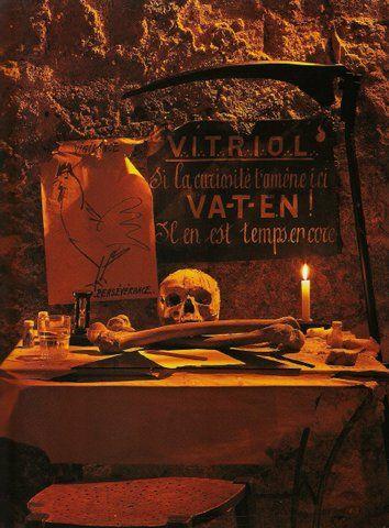"""V.I.T.R.I.O.L. - Filosoficamente: Visita o Teu Interior, Purificando-te, Encontrás o Teu Eu Oculto, ou, """"a essência da tua alma humana"""""""