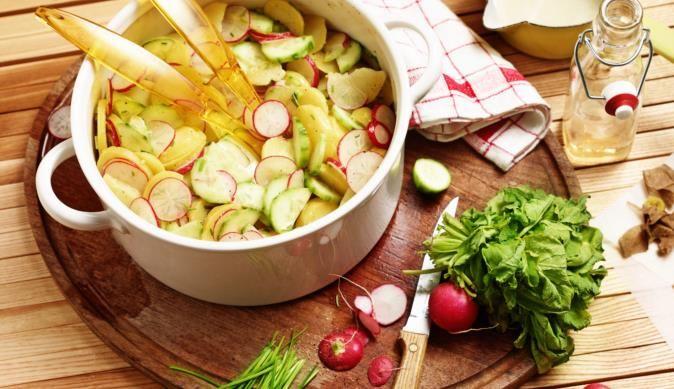 Mit dem Rezept für bunten Kartoffelsalat mit Radieschen und Gurke von MAGGI kannst du einen leckeren Salat auf den Tisch zaubern.