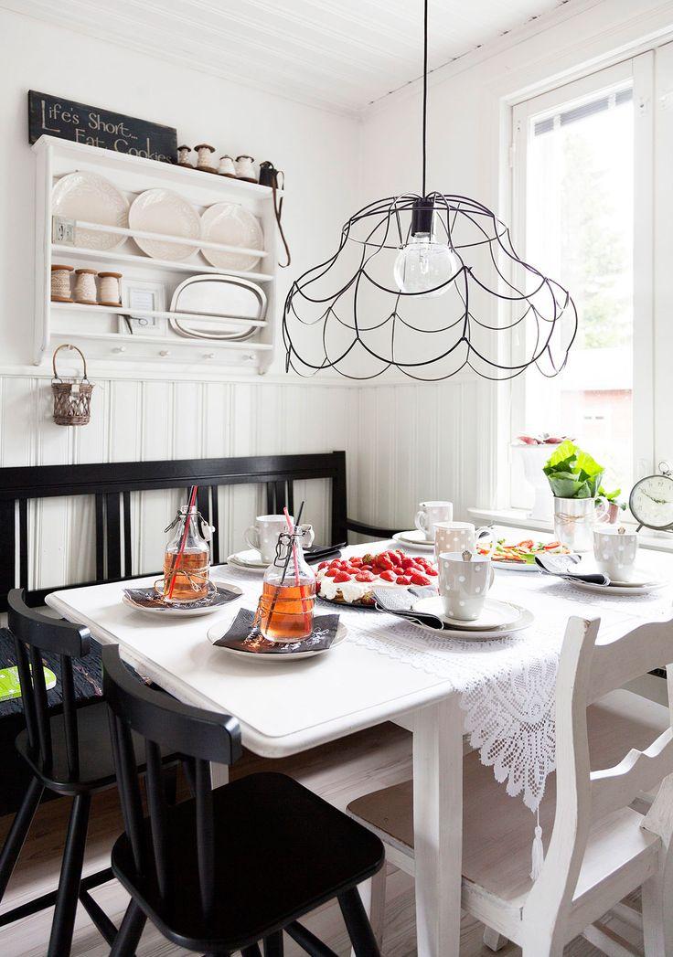 Mattssonin perheen vieraille tarjotaan yleensä pataruokaa ja kahvittelun yhteydessä piirakkaa tai muffinseja. Lautashylly on Nordalin valikoimista. Kattolampun varjostimesta irrotettiin kangas ja runko maalattiin mustalla spraymaalilla. Valkoiset tuolit ovat antiikkia, mustat lastentuolit ovat Ikeasta ja puusohva on löytö paikalliselta kirpputorilta.