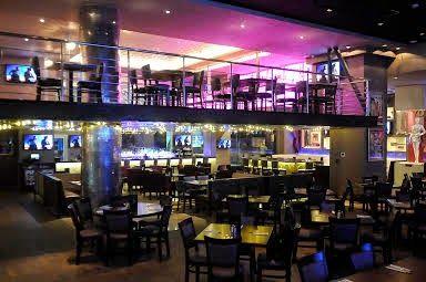 Hard Rock Café Santo Domingo, imponente y totalmente nuevo. Hard Rock Cafe se mudo de su antigua ubicacion en el parque Colon, Zona Colonial hacia Blue Mall. Encuentro que ahora es mucho mas cómodo, y con un mucho mejor ambiente. Tiene una parte al aire libre donde tienes la opción de escoger.
