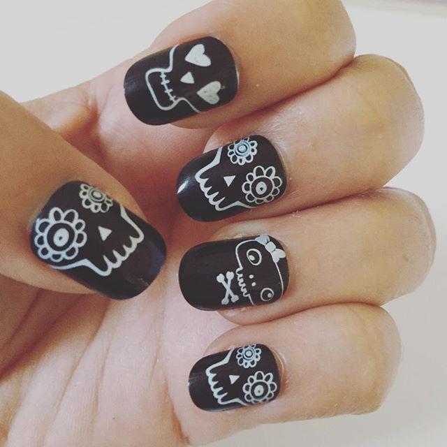 Halloween Nails! Drop Dead Gorgeous by @fingrsprints!  Unhas para o dia das bruxas! #fashion #fun #halloween #haloweennails #notd #nails #nailart #unhas #unhadodia #unhapostiça #unhasdasemana #fakenails #beauty #fingrsprints