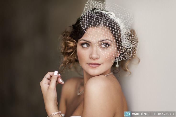 hajpántos birdcage, ami nem roncsolja a frizurád, egy pici kicsi csipke díszítéssel ami pazarul ki van díszítve http://bridalmirage.hu