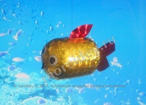 золотая рыбка  http://moreidey.ru/podelki-k-prazdnikam/podelki-k-novomu-godu-i-rozhdestvu/zolotaya-ryibka-iz-kinder-syurpriza.htm