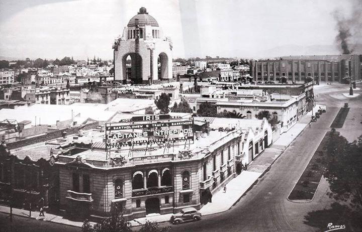 Monumento a la Revolución en 1937 - se aprecia en primer plano el cruce del Paseo de la Reforma y las calles de Lafragua y Artes, ahora Antonio Caso, donde se encontraba la sede de los estudios Metro-Goldwyn-Mayer. En la década de los cincuenta se construyó en su lugar la Torre Anáhuac, hoy llamada Contigo.Y al fondo el Frontón México.