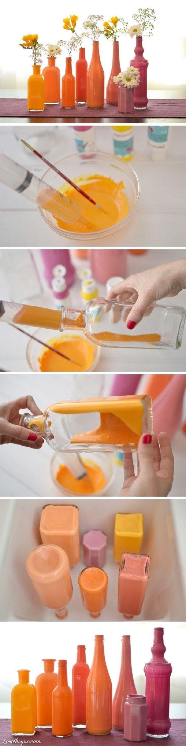 Faça belos vasos para suas flores! Reúna as garrafas de vidro que você não usa mais e pinte-as com tinta acrílica.: