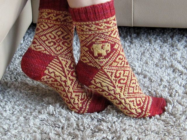 I loved the novel Water For the Elephants so much. I wanted to do some socks with an elephant on them. When I needed a gift for my Yoga instructor who had just come back from a 6 month trip to India I knew it was time to do my Rosie elephant socks.