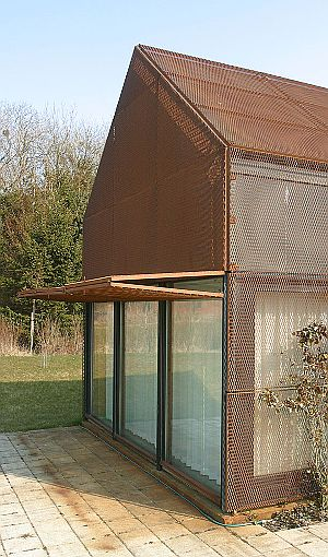 DYNGBY SUMMER HOUSE BY CLAUS HERMANSEN (Andreas Trier Mørch Photography) Acabado exterior de láminas de metal deployé, aplicado sobre superficie plana.