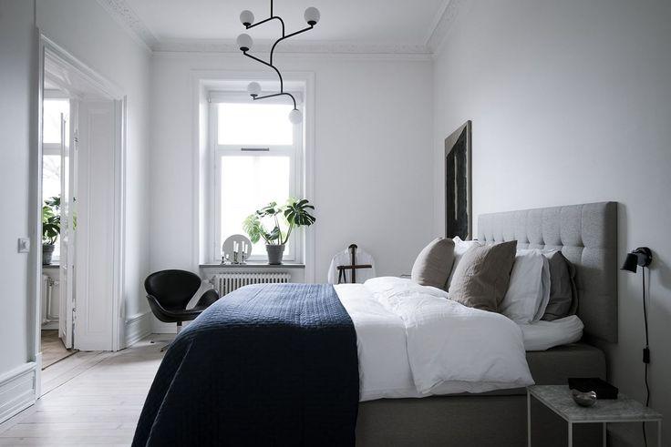Rymligt sovrum med plats för den stora dubbelsängen. Aschebergsgatan 1 - Bjurfors