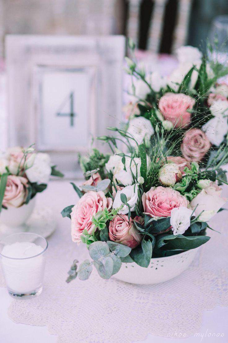 Κεντρική διακόσμηση τραπεζιού με σερβίτσια πορσελάνινα & ρομαντικά λουλούδια σε χρωματισμούς του σάπιου μήλου.  Favors, decoration, flowers by Nikolas Ker