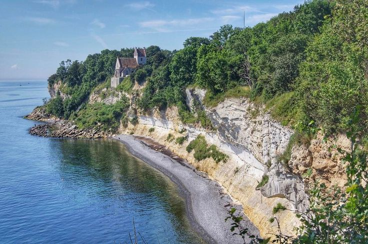 Beautiful Stevns Klint 😍⛰ ••••••••••••••⠀ I'm so happy my home country is filled with places amazing like this ⠀