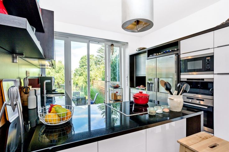 Kuchyňská sestava značky Nolte je situovaná do dvou protilehlých linií. Část do písmene l je používána jako pracovní, protější stěna má v sobě zabudované spotřebiče a úložné prostory.