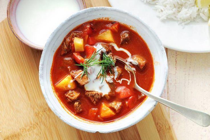 Deze goulashsoep is zo rijk gevuld dat je 'm gemakkelijk als hoofdgerecht kunt eten - Recept - Allerhande