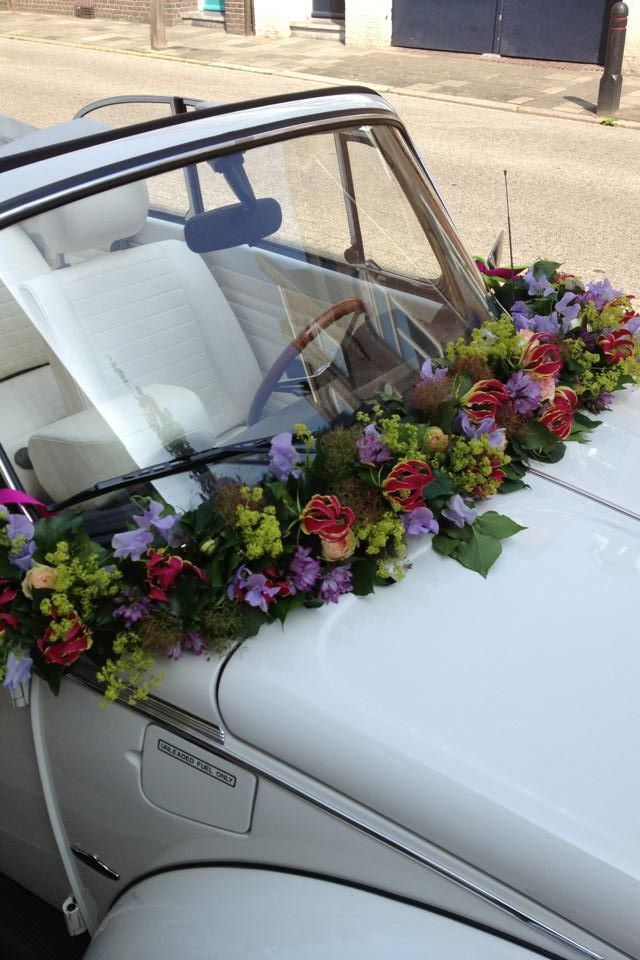 Bloemenversiering bruidsauto