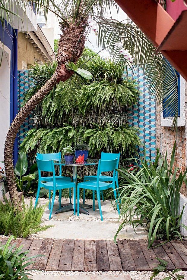 Escritório ganha jardim com folhagens em casa de vila