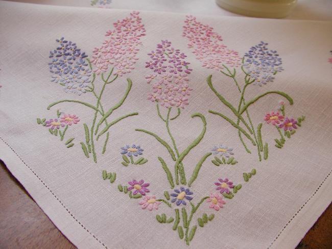 Merveilleuse nappe richement brodée de jacinthes sauvages & petites fleurs