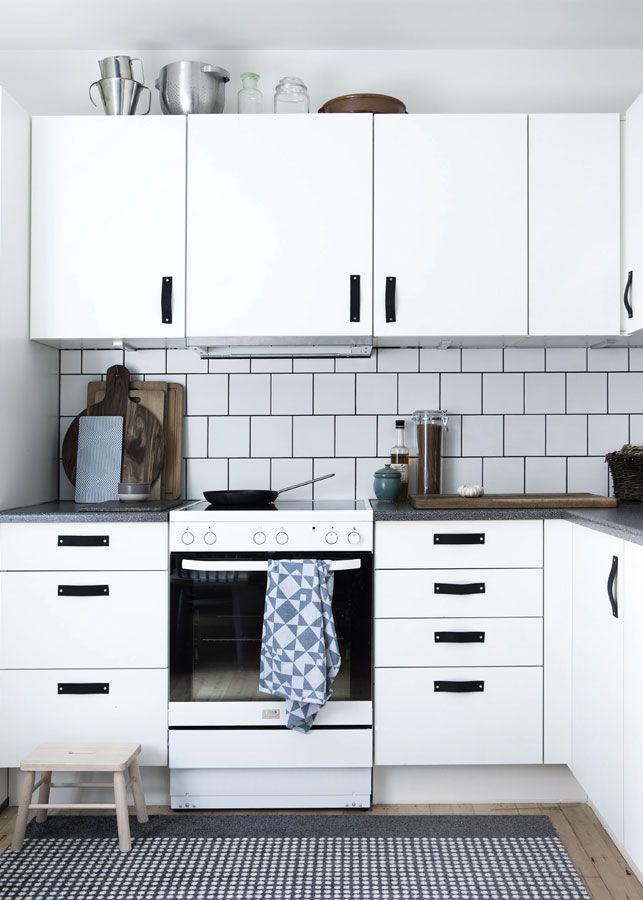 Nem forvandling: Køkkenet fik stil og personlighed. Serie Harmony hvid mat i 147x147 mm