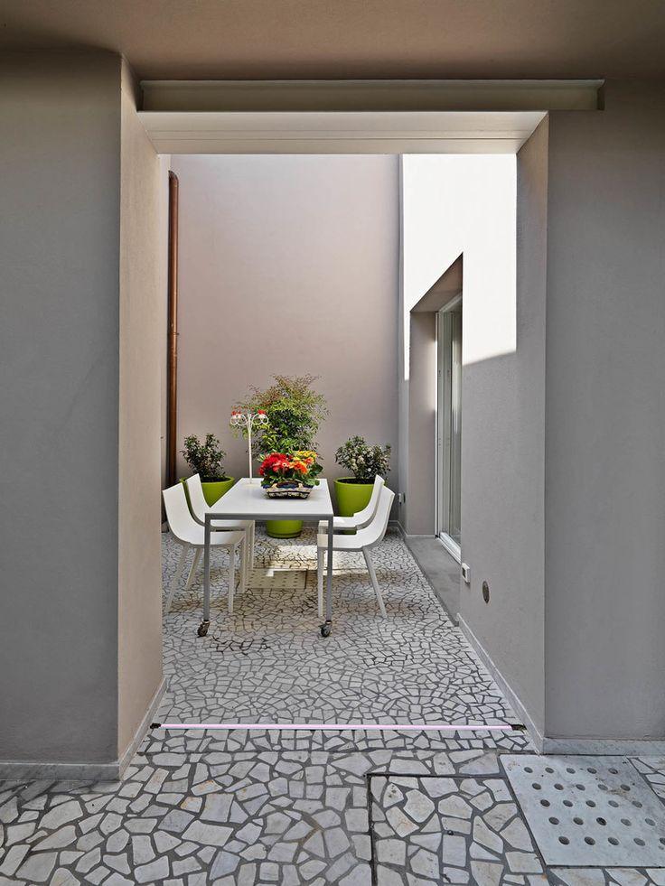 IL CORTILE INTERNO : Balcone, Veranda & Terrazza in stile moderno di