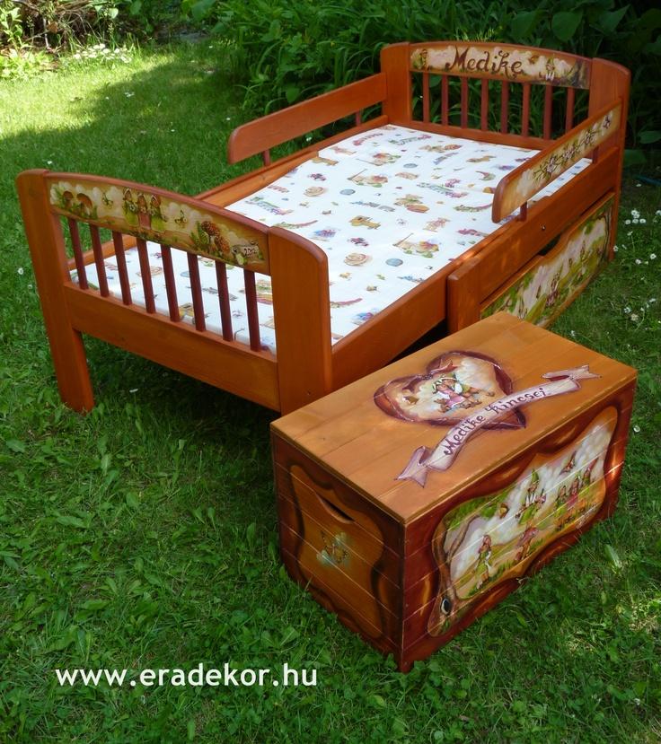 Az ágy mintájához passzoló névreszóló játéktároló ládával - Medike névreszóló tömörfenyő festett hosszabbítható gyerekágy ágyneműtartóval, leesésgátlóval. Fotó azonosító: AGYMED01