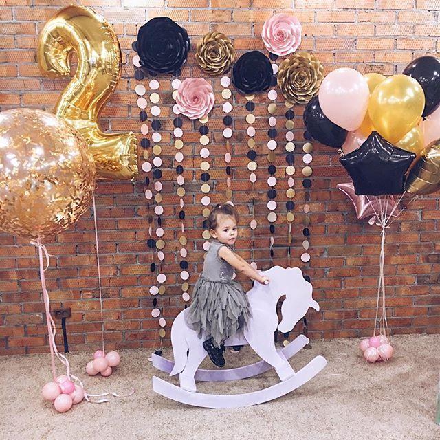 Вчера оформляли День Рождения малышки Софи👸🏼🌸🎀 получилось очень стильно🤓 цветовое сочетание - просто 🔥🔥🔥 Кстати, данный набор (Розы и гирлянды) доступен для аренды 🙌🏻👌🏼👍🏼 А праздник проходил в очень уютном месте- новом арт-лофт клубе Pryatki @pryatki_club однозначно рекомендуем👌🏼 стильный интерьер , огромная площадь, новые игрушки 😍 . 🚩Хотите незабываемый праздник? Тогда заказывайте декор от @_blooming_paper и бегите бронировать @pryatki_club 🎉🎉🎉