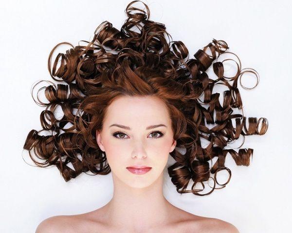 Kudrnaté vlasy jsou skvělé. Jak si je ale natočit? Podívejte se do našeho článku na http://www.herstyle.cz/ucesy/jak-si-natocit-vlasy-doma-a-vypadat-skvele/