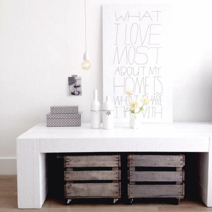 Tv-meubel, tekstplaat en opberg kistjes zijn allen van Jotte, te koop via jotte.nu