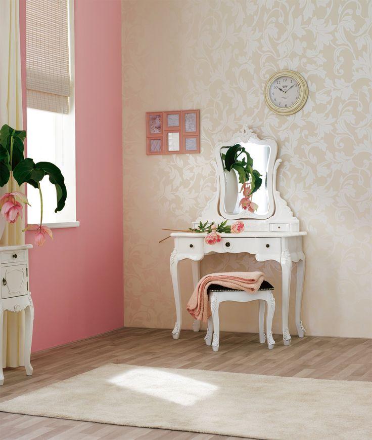 Praxis | Een elegante kamer met dit witte kaptafeltje. De combinatie met de roze tinten geeft een zachte uitstraling.