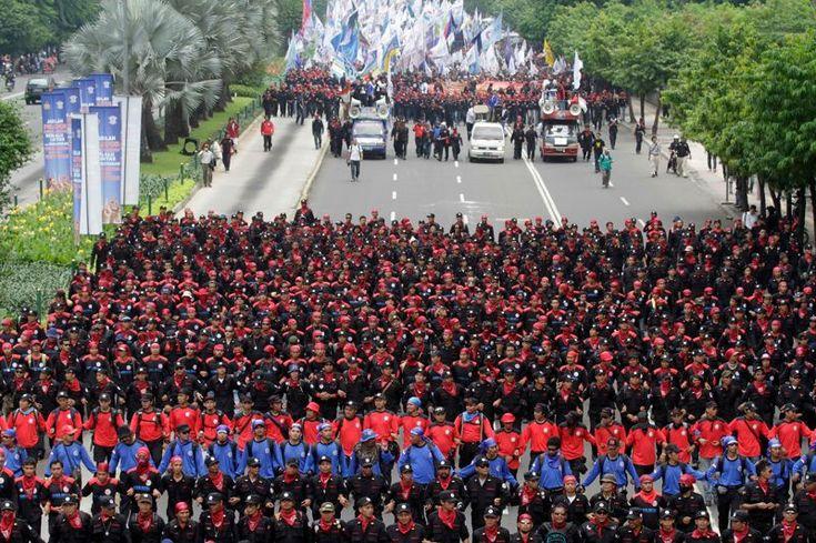 En ordre de marche. Cette procession ordonnée qui a des airs de défilé militaire est une manifestation ouvrière. Près de 15.000 travailleurs sont descendus dans les rues de Jakarta, en Indonésie, protestant contre les faibles niveaux des salaires et plaidant en faveur d'un meilleur système de sécurité sociale.