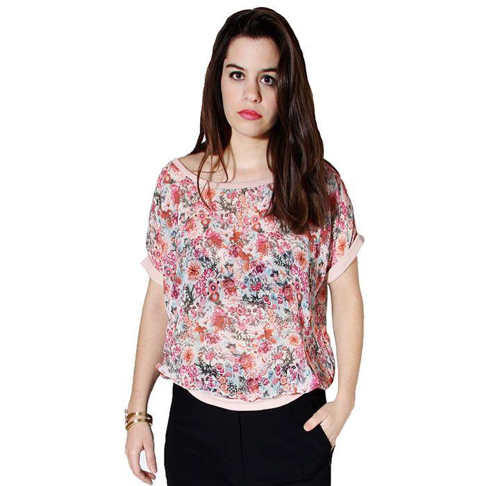 Camiseta semitransparente con estampado floral.