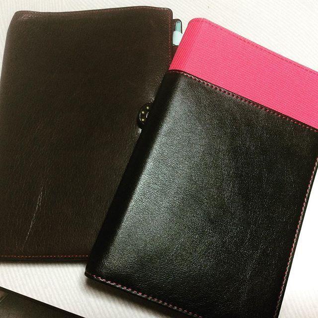 早くも来年の手帳購入( ˘ω˘ )  左はプライベート用にNOLTY U365 今年はブラウニー手帳使ってたけど、気になってたU365を見たらめっちゃ良かったので即買いでした(笑) ついてきたカバーの収納ポケットがイマイチだったので(色は好きだけど)とりあえず昨年、今年とEDiTを入れてたカバーに収めました。  右はボーイスカウト用にシステム手帳買いました。 でも、手帳かさばる系女子()なのでかなりパンパン(/´△`\) カバーは安いの買ったので、厚みのある物に買い換えようか早くも検討中、、、 今年は2冊持ちしようとして、共有が上手くいかなかったけれど、来年は大丈夫か心配です( ˘ω˘ ) #手帳2017 #スケジュール帳2017 #手帳 #スケジュール帳 #能率手帳 #NOLTY #U365 #システム手帳 #デイリースケジュール帳 #プライベート用 #ボーイスカウト用 #使い分けられるか心配 #今年は無理だった