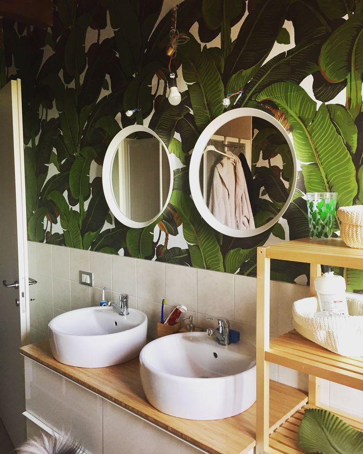 My bathroom is a jungle bagno con mobile ikea e carta da parati con foglie di banano carta for Ikea carta parati
