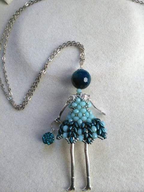 Collana Bambolina con vestito di perline cucito a mano