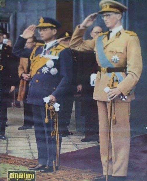"King of Thailand : His Majesty King Bhumibol Adulyadej (RAMA IX) พระบาทสมเด็จพระเจ้าอยู่หัวภูมิพลอดุลยเดช ภาพจากปกนิตยสาร สกุลไทย ""เสด็จฯ เยือน เบลเยี่ยม ๔ ตุลาคม ๒๕๐๓ King Bhumibol Adulyadej of Thailand, aka Rama IX, and King Baudouin I Of Belgium during the national anthems at the central station in Brussels, Belgium  4 October 1960"""