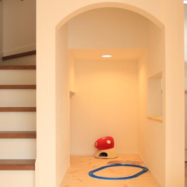 階段下のスペースは上手に使うと収納量を大幅にアップできます。靴や本の収納にも最適。また、ホームオフィやキッズスペースといった住居スペースとしても大活躍です。スペースを有効利用しながらも、おしゃれなインテリアにするアイデアは参考になりますね。