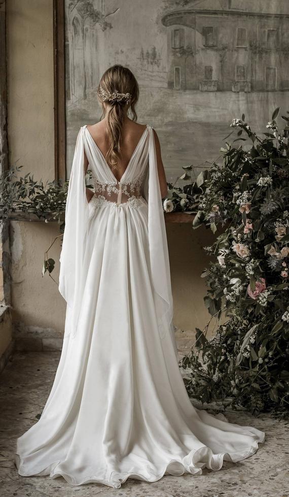 Dieses elfenbeinfarbene griechische Brautkleid aus Seidenchiffon ist perfekt für …   – Barcelona wedding dresses
