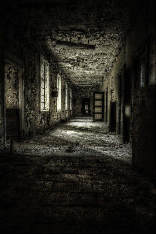El tenebroso pasillo del asilo.