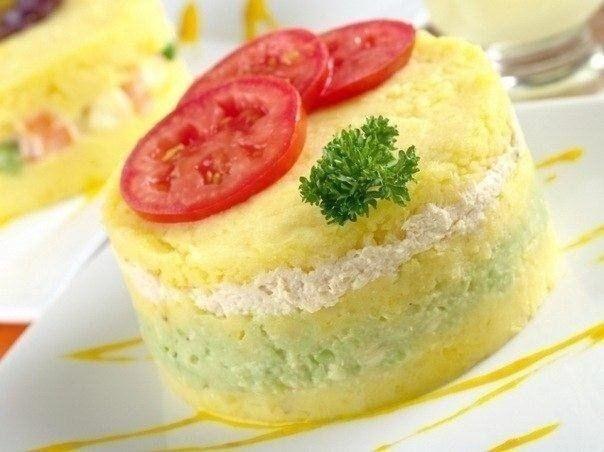 Фото к рецепту: Картофельное пюре, запеченное с сыром, луком и помидорами