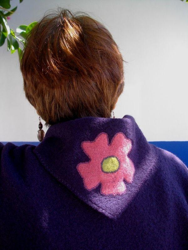Gola em bico com a flor da marca