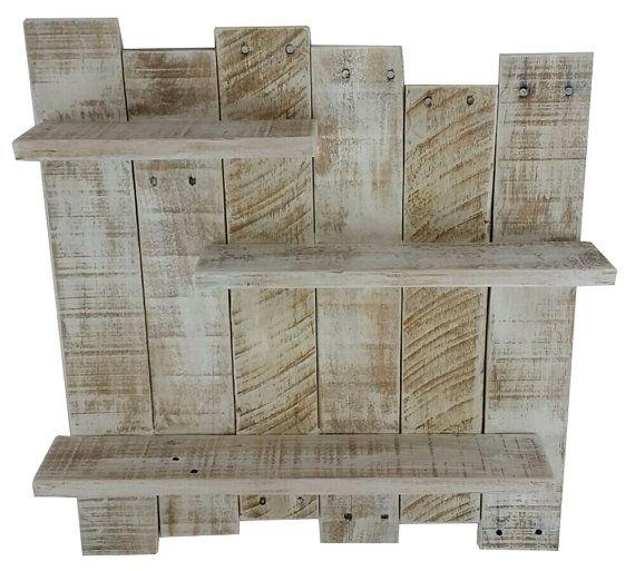 Nota: esto es hecho a mano por encargo. Cantidad en la lista no refleja estantes reales en stock. Evita que nuestro artículo se agotó tan rápido :)  Si son decorando una playa inspirado cerca del mar o que necesitan de una moda, resistido estante de madera de la plataforma se encuentra esta pieza de madera reciclada agrega estilo y funcionalidad a su espacio.  Materiales/especificaciones: -21 x 22 x 3,5 pulgadas hechos a mano roble y pino plataforma estante de madera sólida -lavaron de arena…