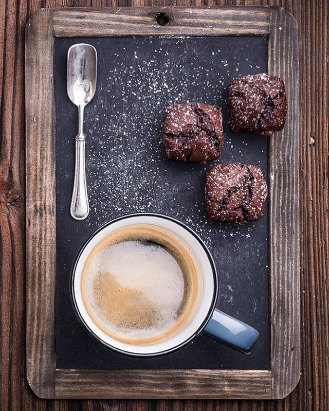 #capuccino #cappuccino #lavagna #caffe #caffeine #brownies #wood #aged #vintage #fotografia #foodphotographer #food #huffposttaste