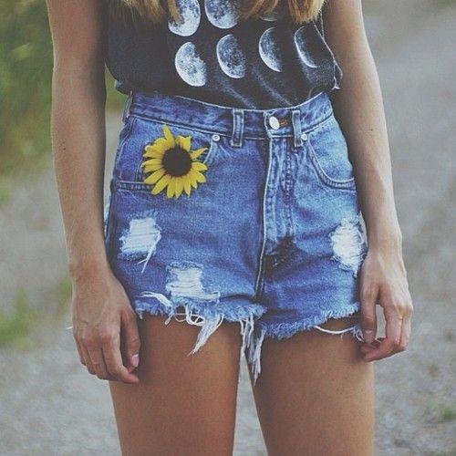 Comprar ropa de este look: https://lookastic.es/moda-mujer/looks/blusa-sin-mangas-estampada-negra-pantalones-cortos-vaqueros-azules-broche-de-flores-amarillo/2130 — Pantalones Cortos Vaqueros Azules — Blusa sin Mangas Estampada Negra — Broche de Flores Amarillo