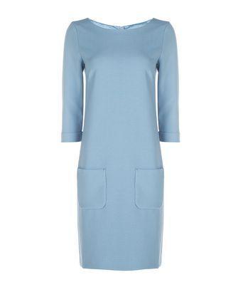 Jurk pallet - Rechte jurk valt tot op de knie in vergrijsd blauw, gemaakt van een compacte stof met een lichte stretch. De jurk wordt gesloten door een blinde rits middenachter, is gevoerd, heeft een ¾ mouw met omslag en twee blind opgestikte zakken aan de voorkant.