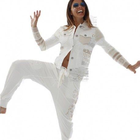 """Chaqueta Mujer, Desigual Blanca Mangas Punto Beige  Espectacular chaqueta Desigual en Denim blanco con detalles de punto y ganchillo de color beige en las mangas. Letras al tono en la espalda """"Diferent is Beautiful""""."""