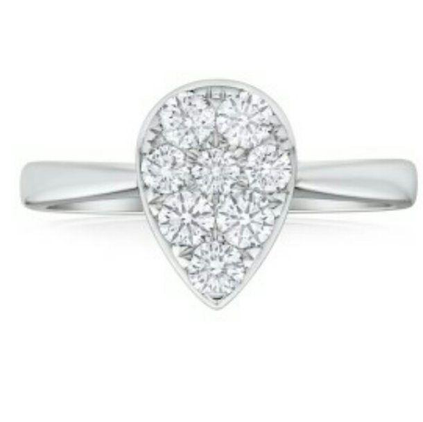 8 Diamantes Blancos de 6 puntos talla redonda se unen para formar un diseño en Pera. Una opción realmente novedosa #fb #tw #pin #engagement #ring #gold #diamond #fashion #moda #fashiontrends #design
