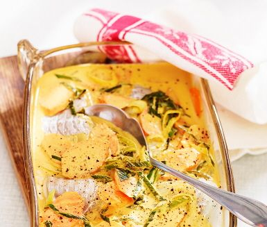 Fiskens goda inverkan på vår hälsa känner vi till, ändå äter vi ofta för lite fisk. Här är en fiskrätt som är både god och enkel att laga! Härliga smakerna av curry och frästa grönsaker kommer helt till sin rätt med saft och rivet skal från en halv apelsin.
