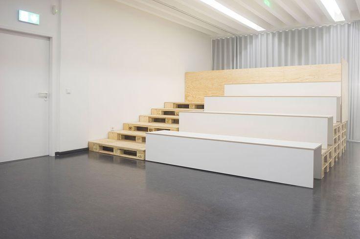 Das Tribünen Objekt fügt sich farblich mit der hellen Holzstruktur und formal mit seiner schlichten und offenen Gestaltung in den Kontext der Architektur der Kunsthalle ein.
