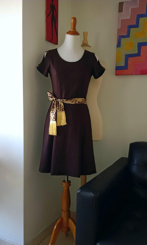 Vestido en lino con fajón en cinta trenzada.