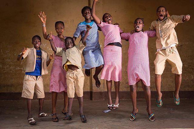 De boa iluminação nas ruas a programas de formação de professores há muito o que pode ser feito para que cada vez mais crianças e adolescentes frequentem a escola. Chefe de educação global do @UNICEF #JoBourne é quem assegura que governos parceiros e empresas privadas invistam da melhor maneira no ensino de quem mais precisa - meninos e meninas que muitas vezes se tornam invisíveis até às estatísticas. Leia a entrevista de @larissagargaro com a britânica clicando no link da bio. #unicef  via…